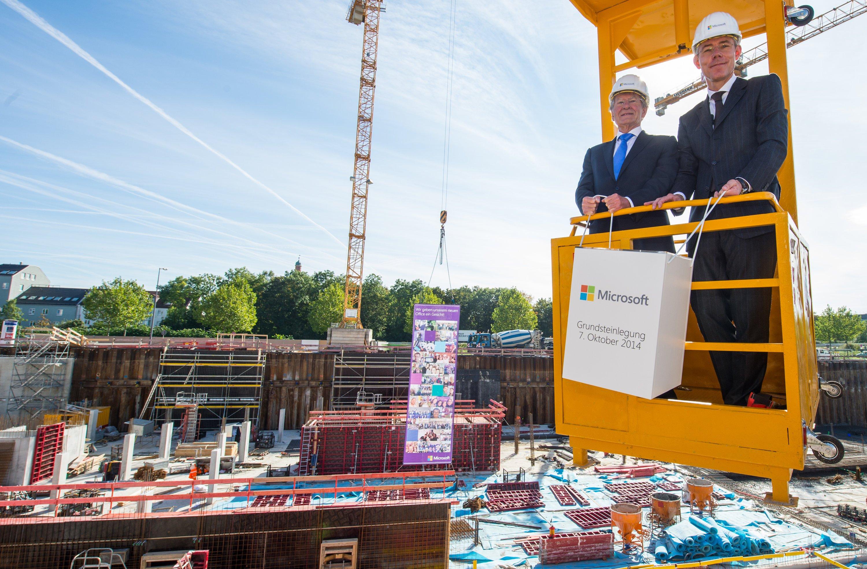 Grundsteinlegung am Dienstag bei Microsoft in München: Deutschland-ChefChristian Illek (r.) und Helmut Röschinger, Chef des Bauträgers Argenta, halten den Grundstein des Gebäudes. Microsoft wird in der Konzernzentrale in Schwabing nicht mehr für jeden Mitarbeiter ein Büro vorhalten. Microsoft hat die Anwesenheitspflicht abgeschafft.