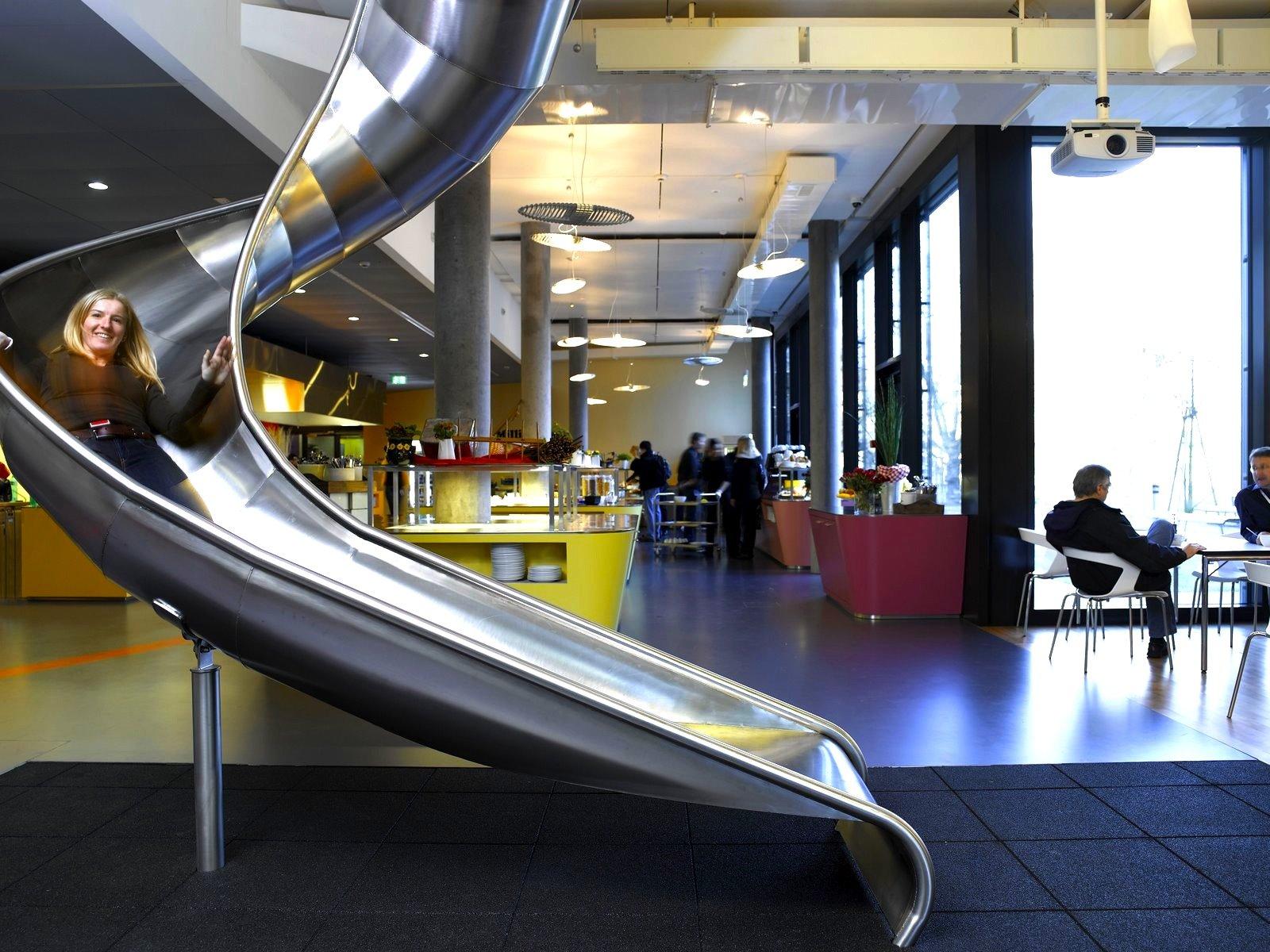 Rutsche im Google-Büro in Zürich: Der US-Konzern will seinen Mitarbeitern möglichst ungewöhnliche Arbeitsplätze bieten.