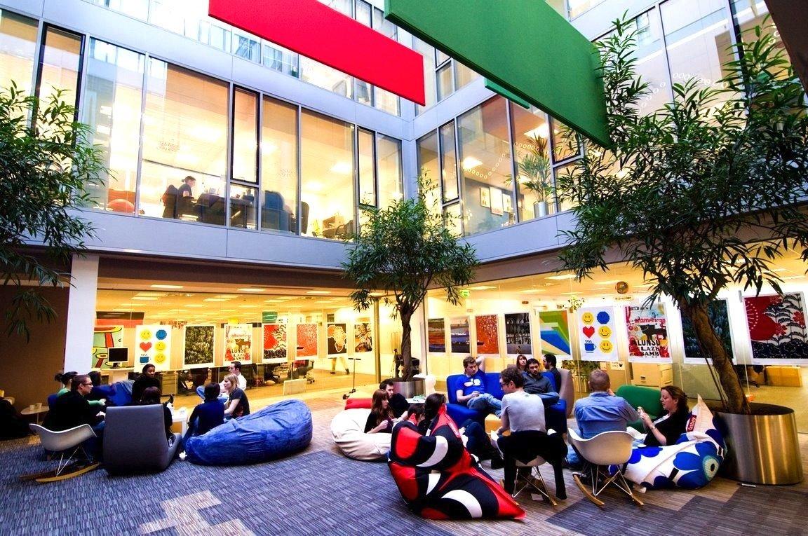 Foyer der Google-Europazentrale in Dublin: Arbeiten und Freizeit verwischen immer mehr. Jetzt hat Microsoft Deutschland die Anwesenheitspflicht am Arbeitsplatz aufgehoben.