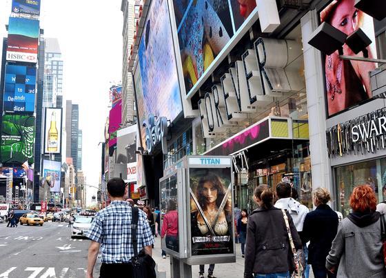 Telefonzelle in New York mit Werbung der Agentur Titan: Die Agentur hat 500 Telefonstationen in Manhattan mit Bluetooth-Sendern ausgerüstet, die auch die Smartphones von Passanten erfassen.