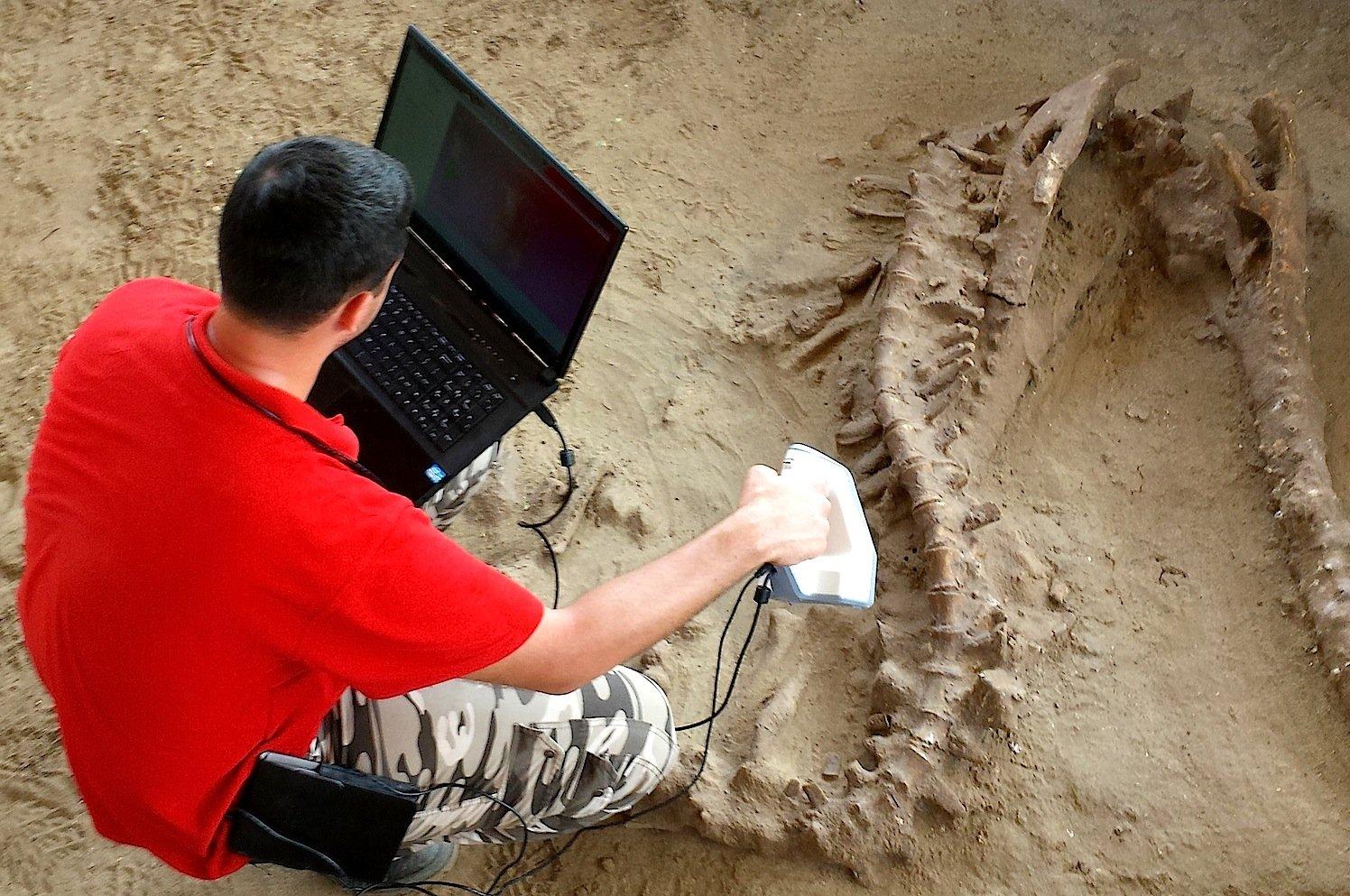 Die Handscanner sind in etwa so groß wie ein Bügeleisen und lassen sich per Hand am Objekt entlang bewegen. Eine Software berechnet dann ein 3D-Modell.