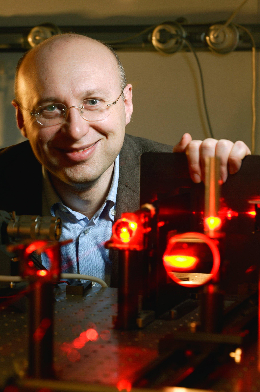 Der deutsche Forscher Stefan Hell am Max-Planck-Institut in Göttingen hinter dem von ihm entwickelten Mikroskop STED (Stimulated Emission Depletion): Für den Bau eines Supermikroskops erhalten Hell sowie zwei US-Amerikaner den Chemie-Nobelpreis.