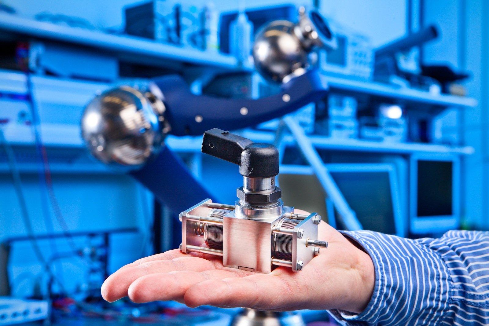 Siemens-Forscher haben einen sehr kleinen und trotzdem sehr kraftvollen Piezohydraulik-Aktor entwickelt. Er kann mehr als 150 Newton Kraft ausüben und damit Ventile und Klappen bewegen. Ideal einsetzbar ist der Aktor auch in der Robotik.