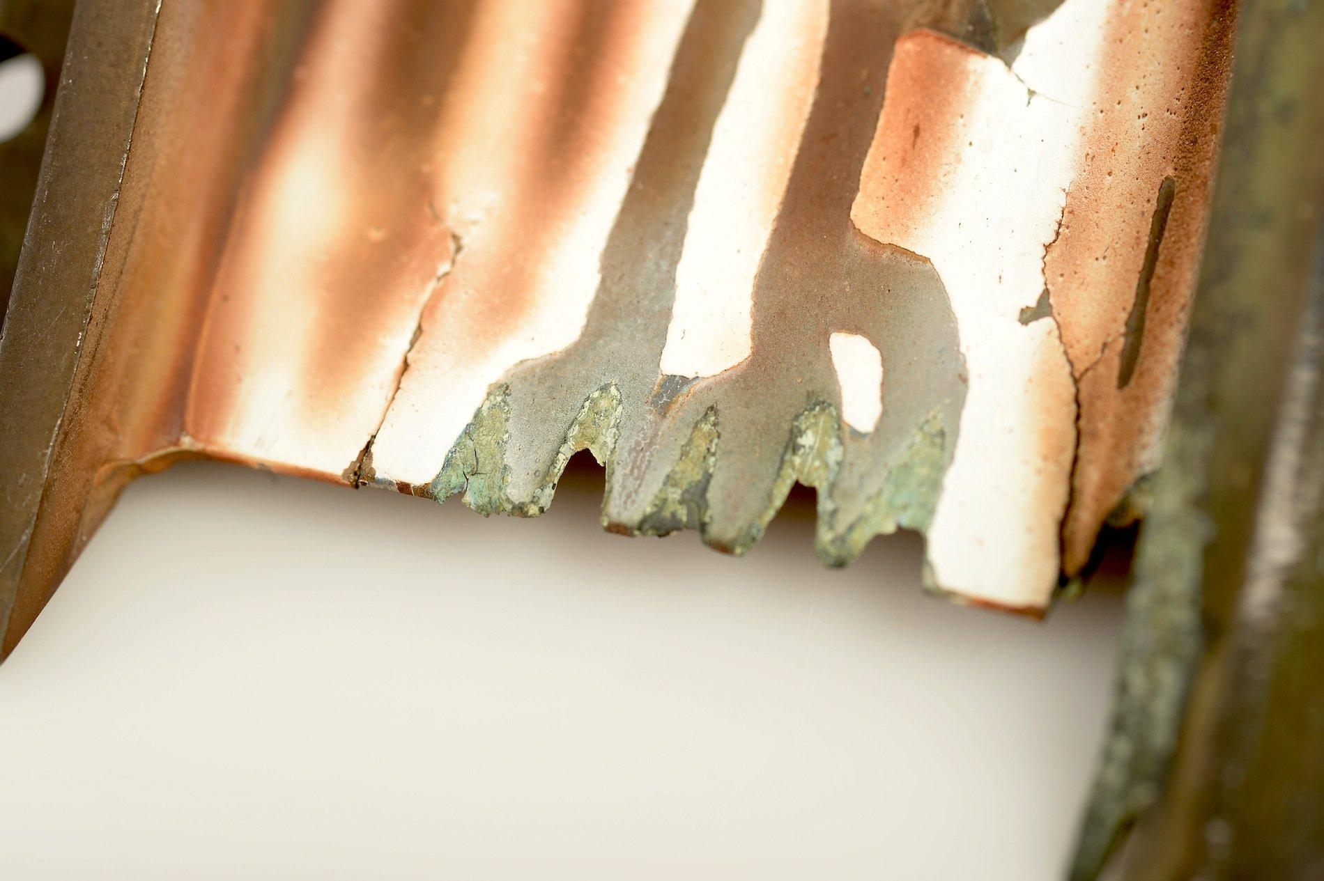 Von Asche zerstörte Keramikbeschichtung: Ähnlich wie bei einem Topf aus Emaille, bei dem die kompakte Emaillebei einer Deformation des Topfes abplatzt, platzt eine durch geschmolzene Vulkanasche unter Druck gesetzte Wärmedämmschicht von einer Turbinenschaufel ab.