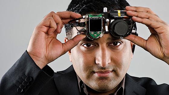 Ramesh Raskars Kameras sind so schnell, dass sie dem Licht bei der Ausbreitung zusehen können. Jetzt können sie auch Photonen registrieren, die um die Ecke gelenkt werden, und daraus Umrisse verborgener Objekte zeichnen.