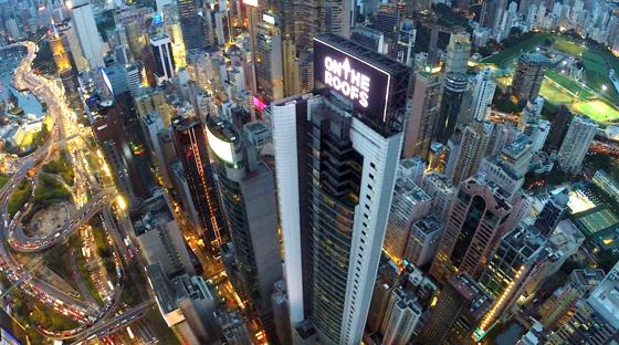 Die Kletterer kaperten das Werbedisplay auf dem Dach des China Online Centers: Dort ließen sie ihren eigenen Werbefilm laufen.