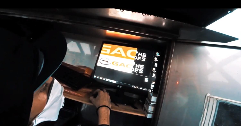 Die Kletterer öffneten den Computerschrank des Werbedisplays und spielten ihren eigenen Werbefilm ein.
