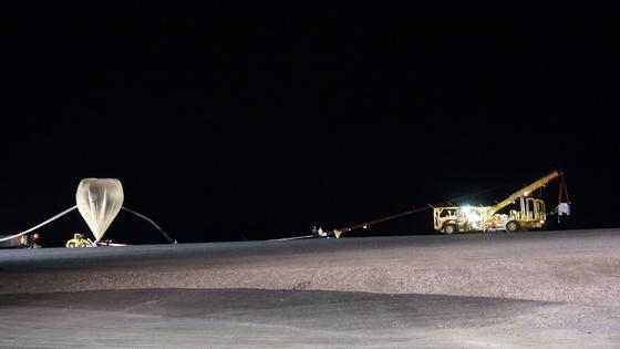 Befüllung des Bexusim schwedischen Raumfahrtzentrum Esrange. Der Forschungsballon stieg für mehrere Stunden in 35 Kilometer Höhe – vollgepackt mit Messinstrumenten.