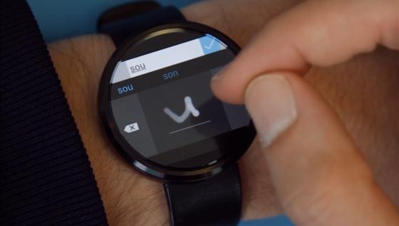 Microsofts neue App Analog Keyboard: Der Smartwatch-Träger zeichnet Buchstaben mit dem Finger. Großbuchstaben erkennt die App bislang allerdings nicht.