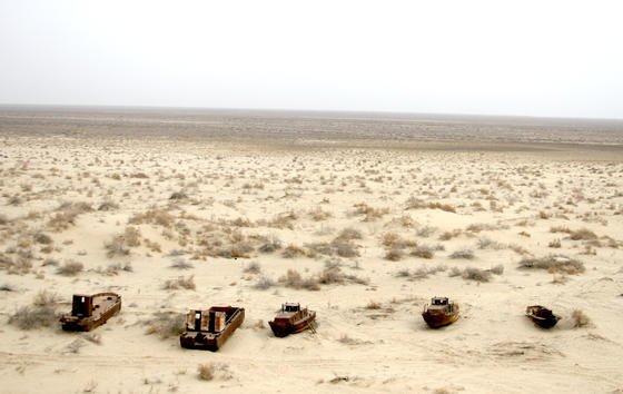 Gestrandete Schiffe am Aralsee: Erstmals seit 600 Jahren ist der große Ostteil des Aralsees komplett ausgetrocknet. Zurück bleibt eine Sand- und Salzwüste, die mit giftigem Dioxin belastet ist.