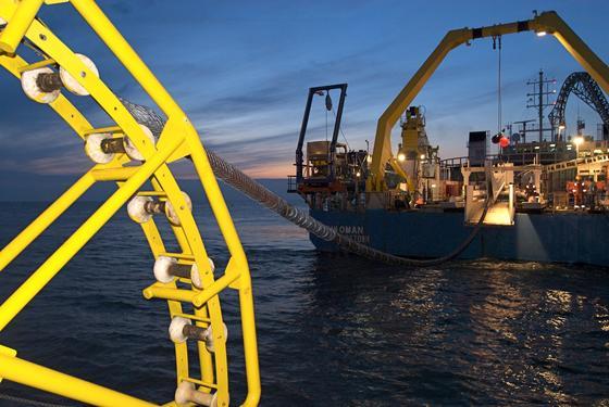 Kabelverlegung auf See: 600 Kilometer lang wird die Kabelverbindung zwischen Deutschland und Norwegen sein, die 2018 in Betrieb gehen wird. Dadurch kann Deutschland überschüssigen Strom in norwegischen Pumpspeicherkraftwerken speichern.