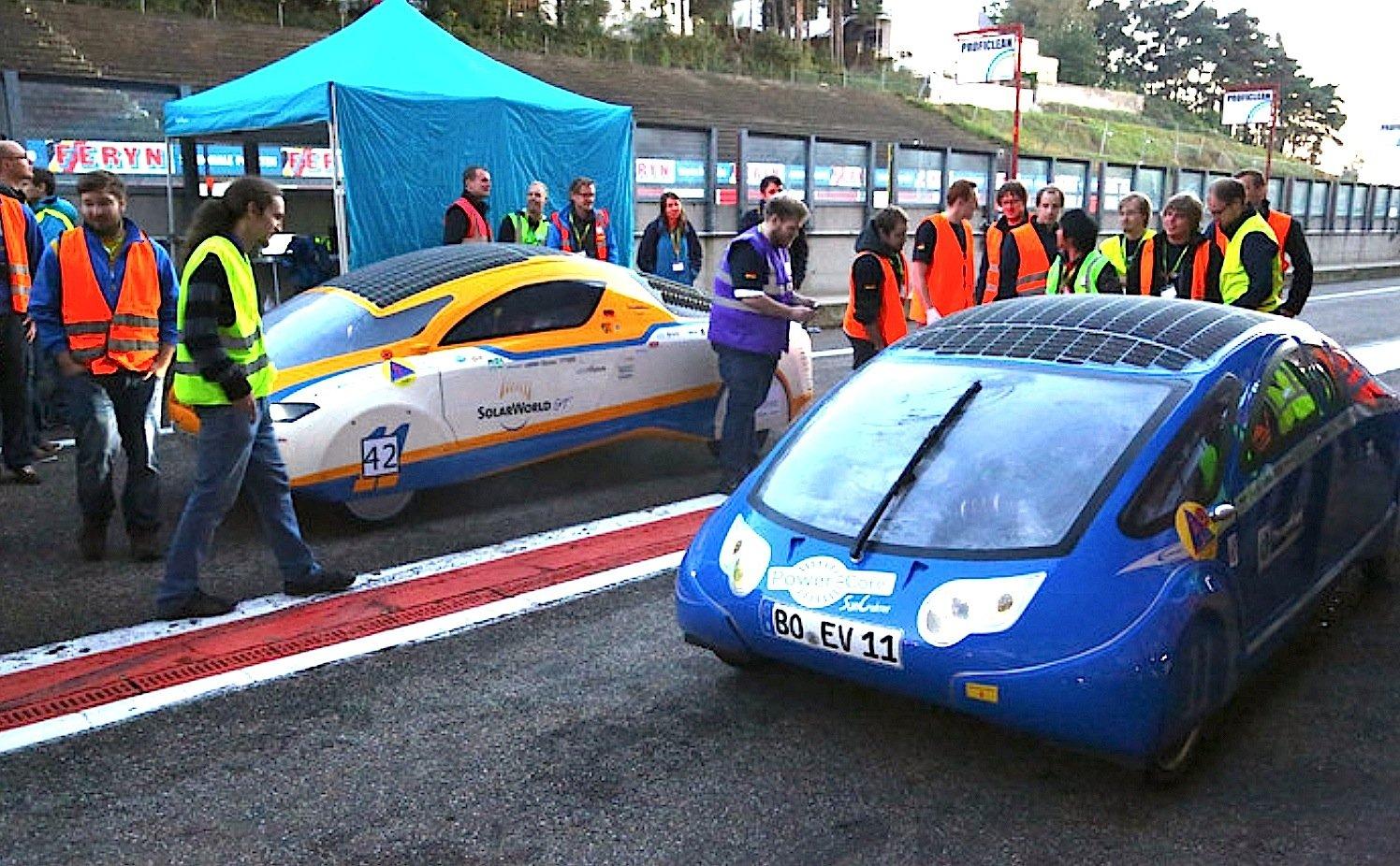 Vor dem Start zum European Solar Challenge in Zolder: Links der orangene KurzstreckenflitzerSolarWorldGT, rechts das LangstreckenfahrzeugSunCruiser.