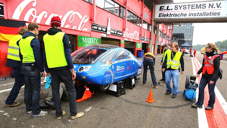 Wie in der Formel 1: Stopp in der Boxengasse. Allerdings geht es bei einem Rennen mit Solarautos deutlich leiser zu.