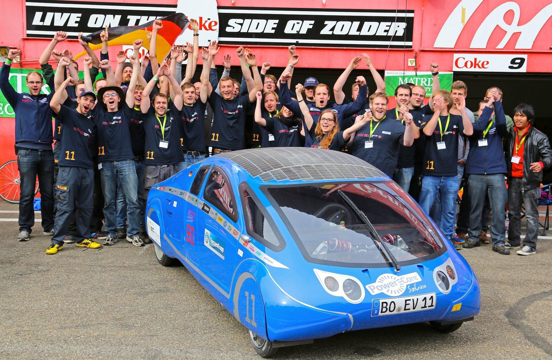 """Doppelsieg der Hochschule Bochum: Die angehenden Ingenieure der Hochschule siegten mit demSolarWorldGT im Kurzstreckenrennen und lagen mit demSunCruiser auch beim Langstreckenrennen""""9 Stunden von Zolder"""" ganz vorne."""