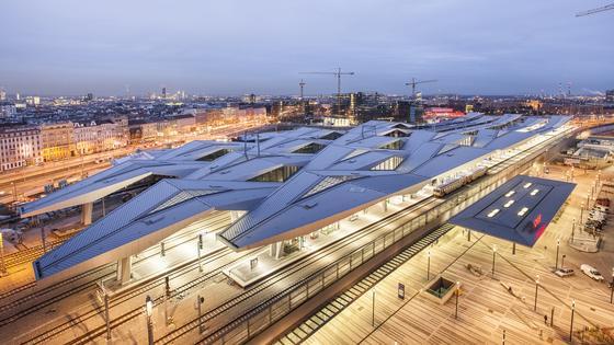 Rautendach des neuen Hauptbahnhofes in Wien: Für die beeindruckende Konstruktion wurden 7000 Tonnen Stahl verbaut. Am Wochenende wurde der Bau neu eingeweiht.