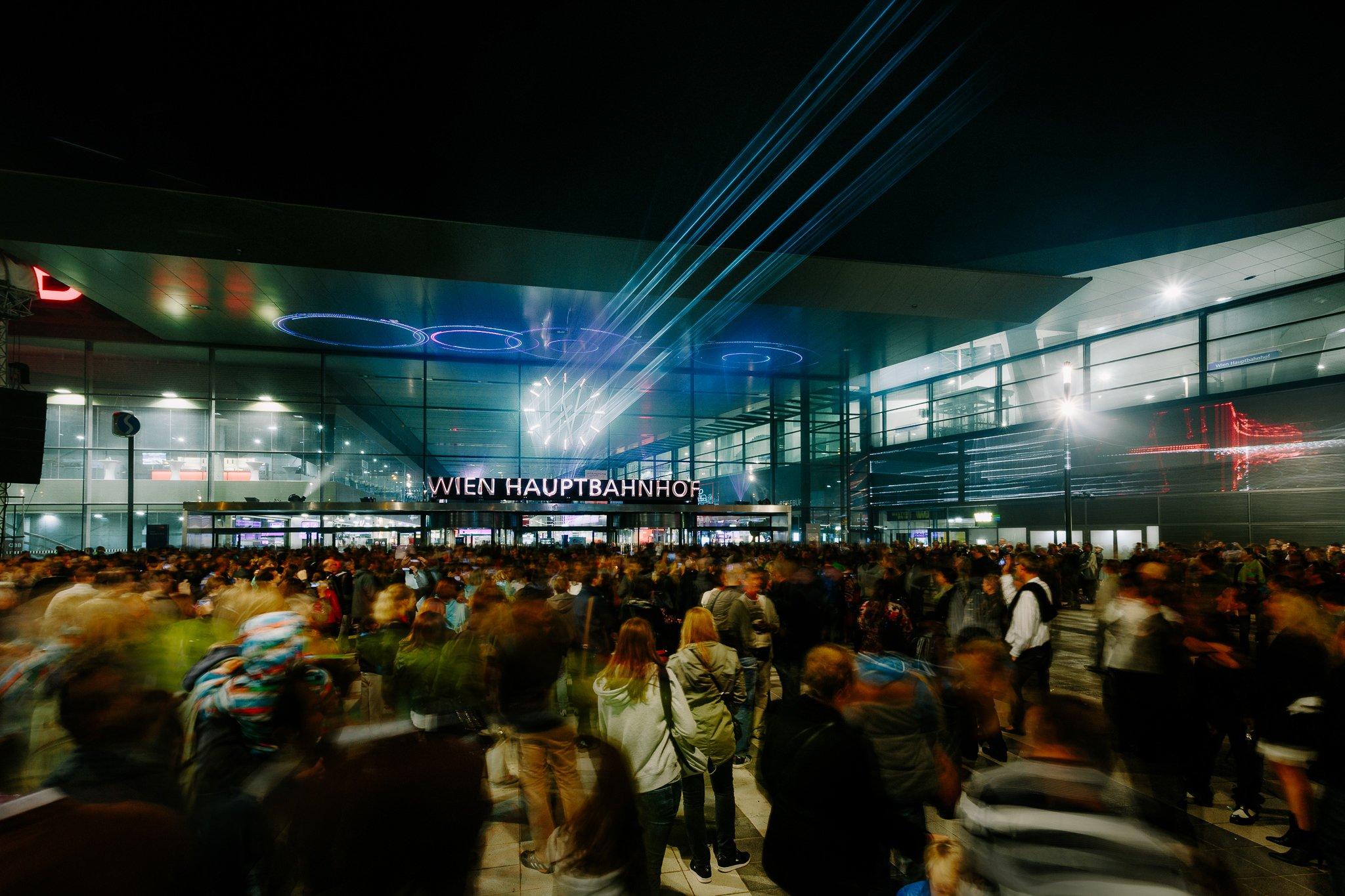 200.000 Besucher kamen an den beiden Eröffnungstagen zum Wiener Hauptbahnhof, um das faszinierende Bauwerk zu sehen. Im Gegensatz zu anderen Großprojekten in Deutschland konnten die Österreicher Bauzeit und Kostenrahmen weitgehend einhalten.