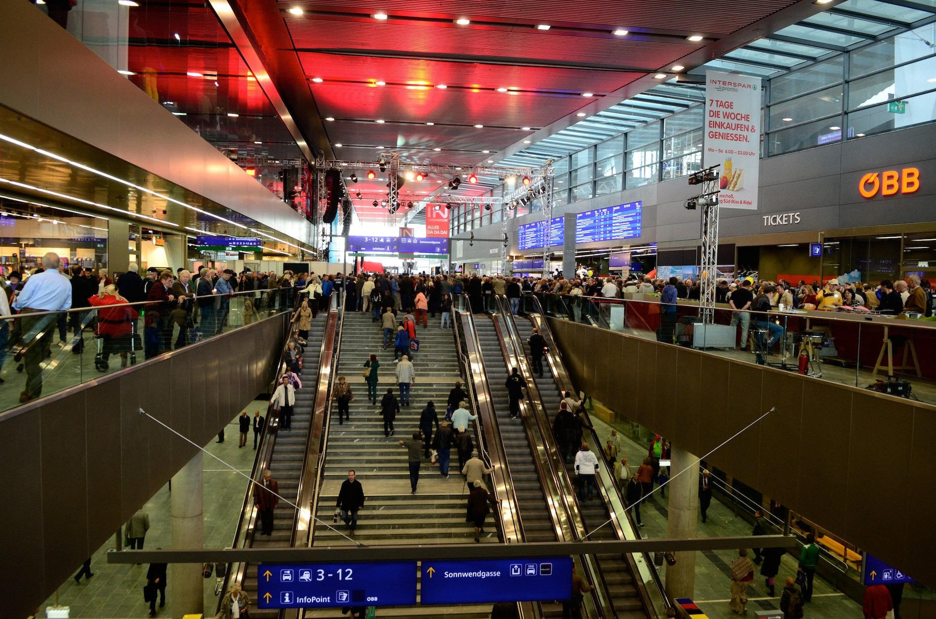 Blick in den neuen Hauptbahnhof Wien: Der neue Durchgangsbahnhof ersetzt die beiden Kopfbahnhöfe Wien-Süd und Wien-Ost.