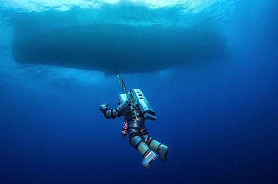 Zum ersten Mal wurde der Tauchanzug Exosuit bei der Untersuchung des antiken Schiffes eingesetzt. Der Tauchanzug besteht aus einer robusten Aluminium-Legierung zum Anziehen, ist rund 240 Kilo schwer und bewegt sich durch Düsen. Durch den Tauchanzug können die Forscher deutlich länger am Meeresgrund arbeiten als mit einem normalen Tauchanzug.