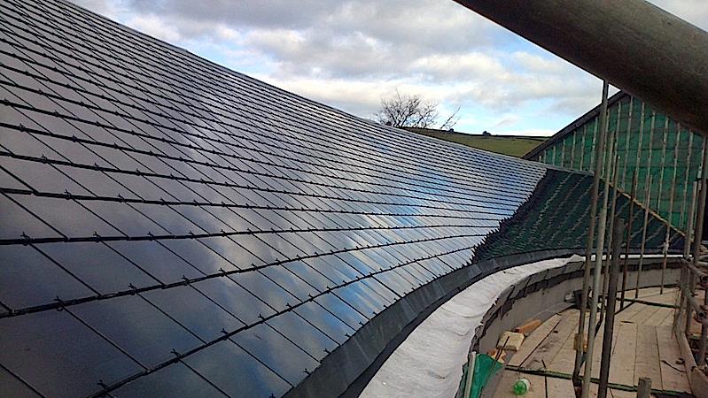Installation der Solarpanele:Die Platten lassen sich mit einem Umformer verbinden, der den Gleichstrom in Wechselstrom umwandelt.