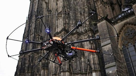 Die Oktokopter haben einen Durchmesser von 1,2 Metern. Acht Rotoren mit Elektroantrieb brachten die Kamera-Drohnen in bis zu 160 Meter Höhe.
