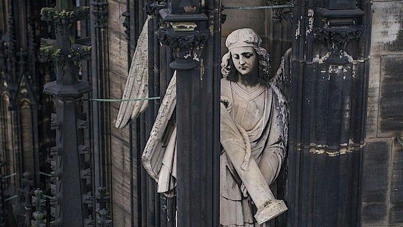 Die Engel am Südturm des Kölner Doms wurden in den 1870er Jahren gebaut – aus Kalkstein, über dessen Verwitterungszustand die Experten mehr erfahren müssen.