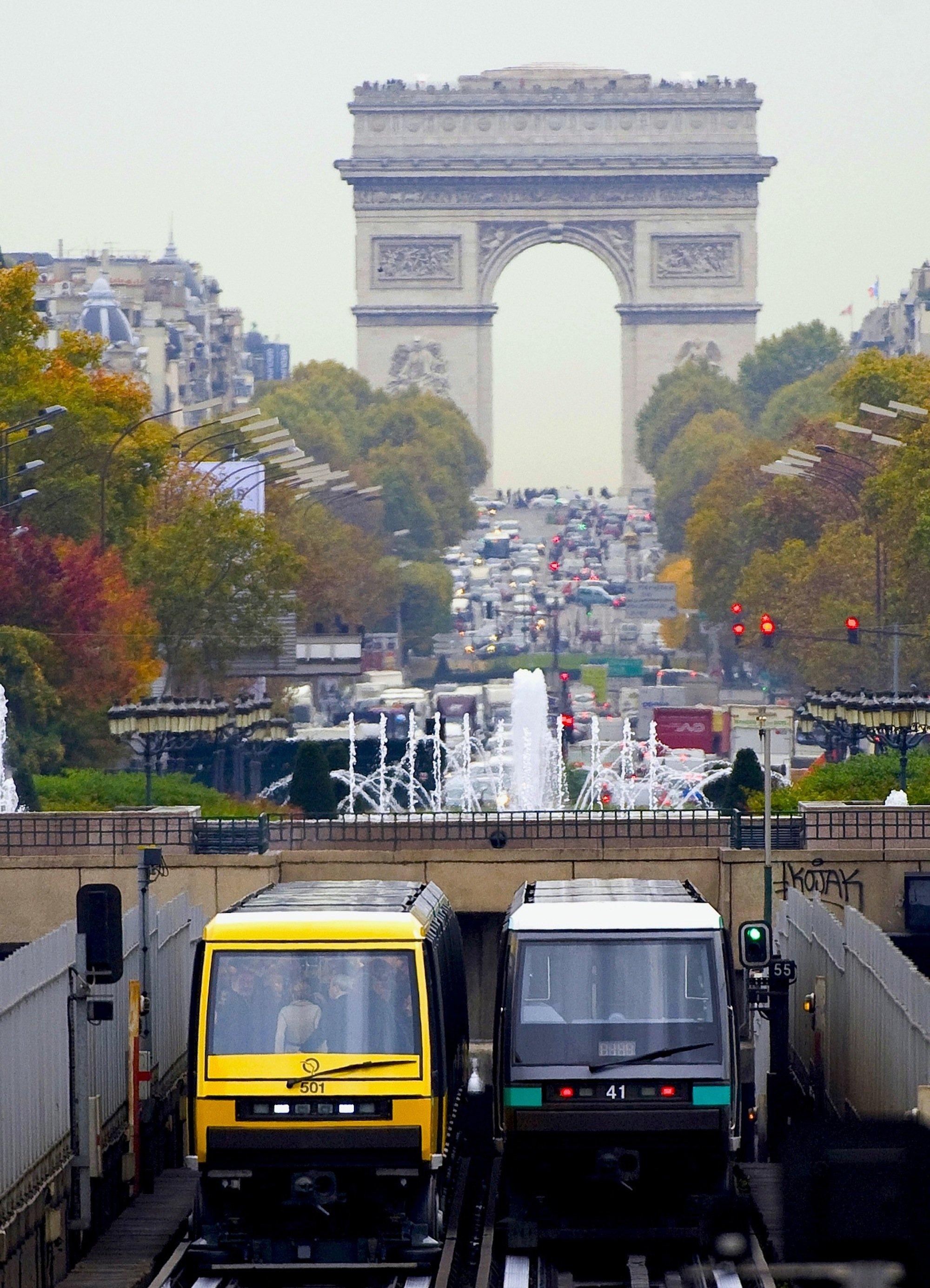 Einfahrt fahrerloser Metros unter die Avenue des Champs-Élysées in Paris: Die Metro 1 ist die am stärksten frequentierte Linie in Paris. Sie verbindet auf rund 17 Kilometern den Osten und Westen der Stadt und befördert bis zu 725.000 Fahrgäste täglich. Jetzt wird auch die Linie 14 verlängert und mit Siemens-Technik ausgestattet.