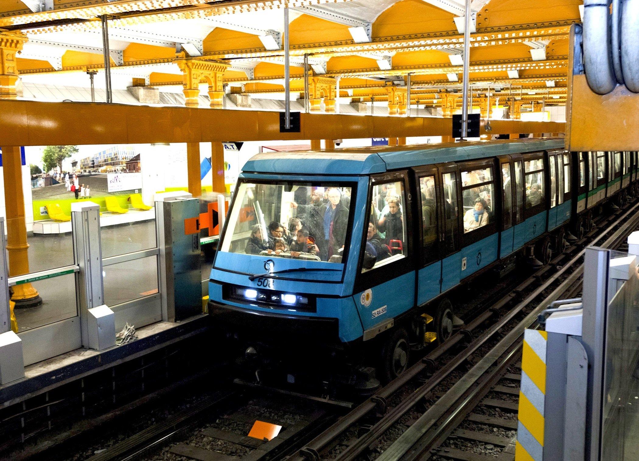 Siemens rüstet eine weitere Metro-Strecke in Paris mit Technik für den fahrerlosen Betrieb aus. Deutlich zu sehen: Passagiere dort, wo normalerweise der Fahrer sitzt.