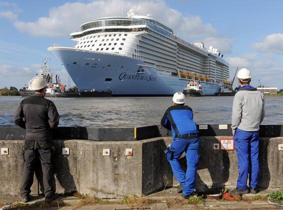 Im Trockendock Elbe 17 müssen Werftarbeiter letzte Einstellungsarbeiten an den Bugstrahlern durchführen. Diese drücken das Schiff beim Ablegen mit Wasserkraft vom Kai weg.