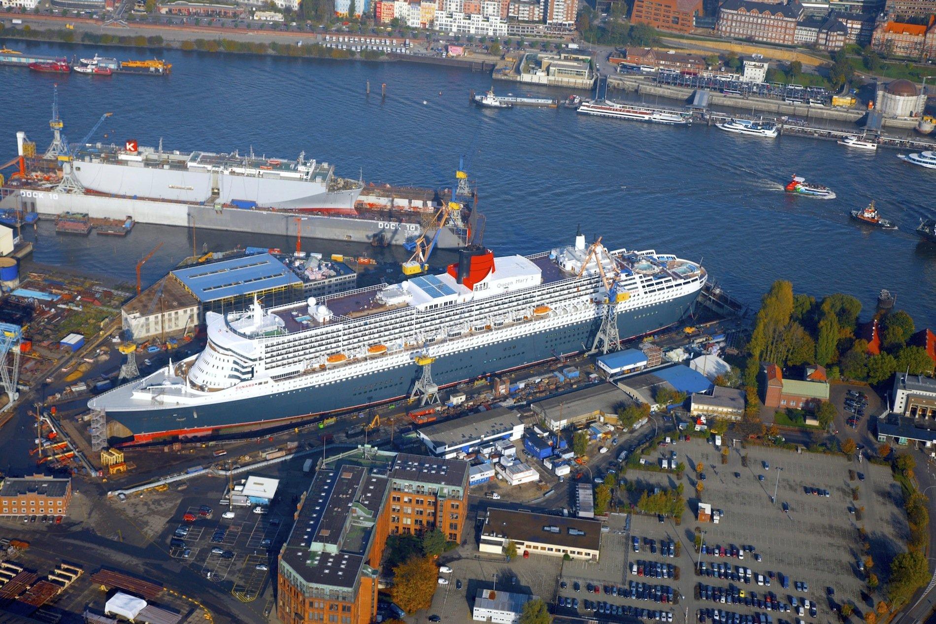 Die Queen Mary im Dock 17 der Hamburger Werft Blohm + Voss: Am Sonntag wird auch die Quantum of the Sees in dem Dock anlegen. In der Werft werden noch einige Mängel beseitigt, die auf der Probefahrt in der Nordsee festgestellt wurden. Anschließend fährt das größte je in Deutschland gebaute Kreuzfahrtschiff zur Taufe nach New York.