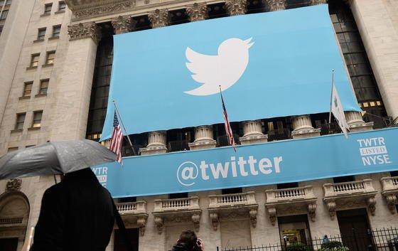 Twitter-Transparent an der New Yorker Börse zum Börsenstart am 7. November 2013: Jetzt will der Kurznachrichtendienst auch Finanzdienstleistungen anbieten und startet in Frankreich gemeinsam mit der BankenkruppeBPCE eine Überweisungsfunktion per Tweet.