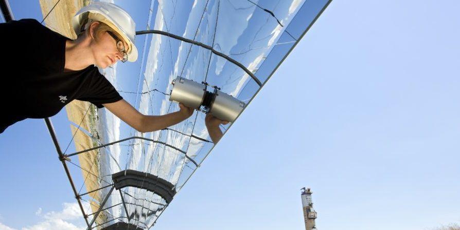Wissenschaftler des Deutschen Zentrums für Luft- und Raumfahrt (DLR) haben in Energiestudien nachgewiesen, dass es möglich ist, Europa und Nordafrika mit umweltfreundlicher Energie zu versorgen. Auf ihren Arbeiten beruht das Energiekonzept von Desertec.