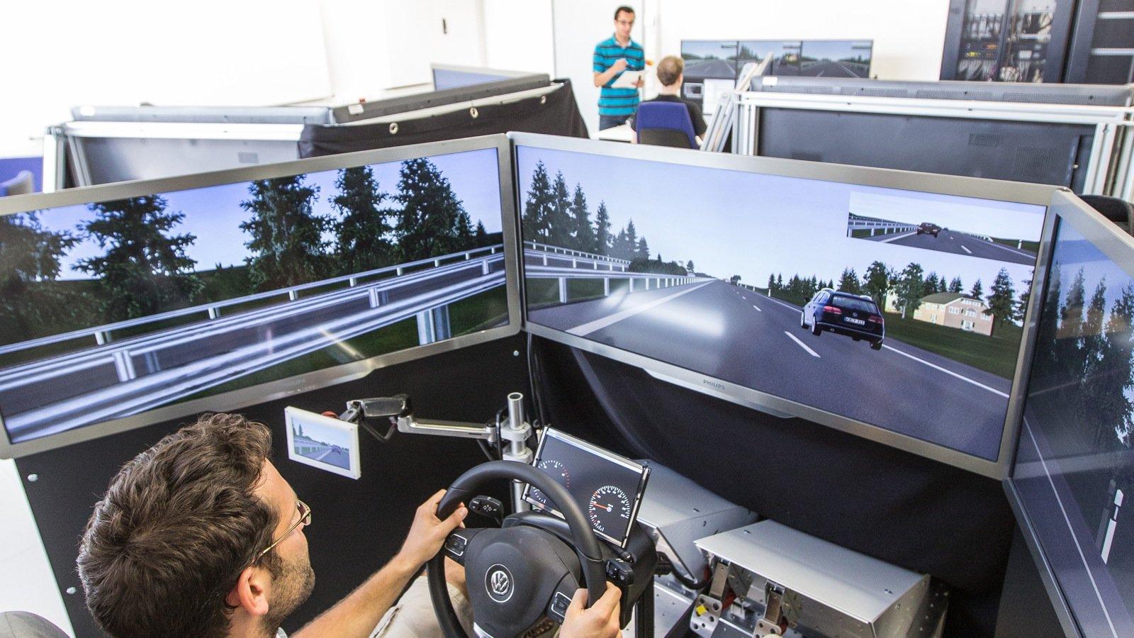 Das kooperative Simulationslabor MoSAIC verbindet mehrere Fahrsimulatoren miteinander, so dass mehrere Probanden gemeinsam in einer Simulationsumgebung fahren. Damit kann das Verhalten der Fahrer und ihre Reaktionen aufeinander und auf die neuen Systeme untersucht werden.