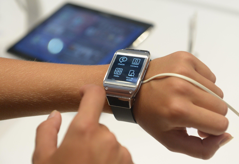 Samsungs Galaxy Gear ist seit über einem Jahr im Handel. Für solche Smartwatches könnten biegsame Akkus eine bessere Stromversorgung bedeuten.