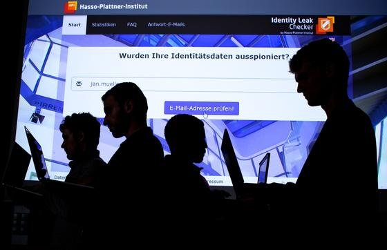 """Onlinekurs """"Sicherheit im Internet"""" des Hasso-Plattner-Instituts in Potsdam: Jetzt haben Googles Sicherheitsingenieure eine große Lücke in der Sicherheitstechnik von Browsern entdeckt. Diese erlaubt es Hackern, etwa beim Online-Banking alle Kontodaten mitzulesen."""
