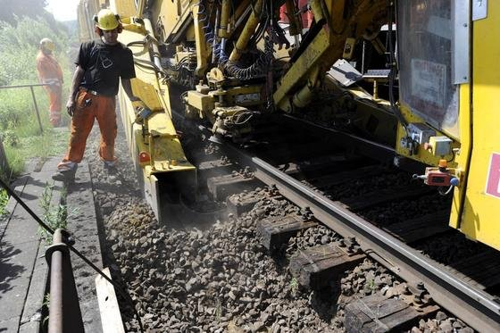 Gleissanierung der Deutschen Bahn: Ab 2015 will der Bund seine Zuschüsse zur Sanierung des Streckennetzes von drei auf vier Milliarden Euro pro Jahr erhöhen.