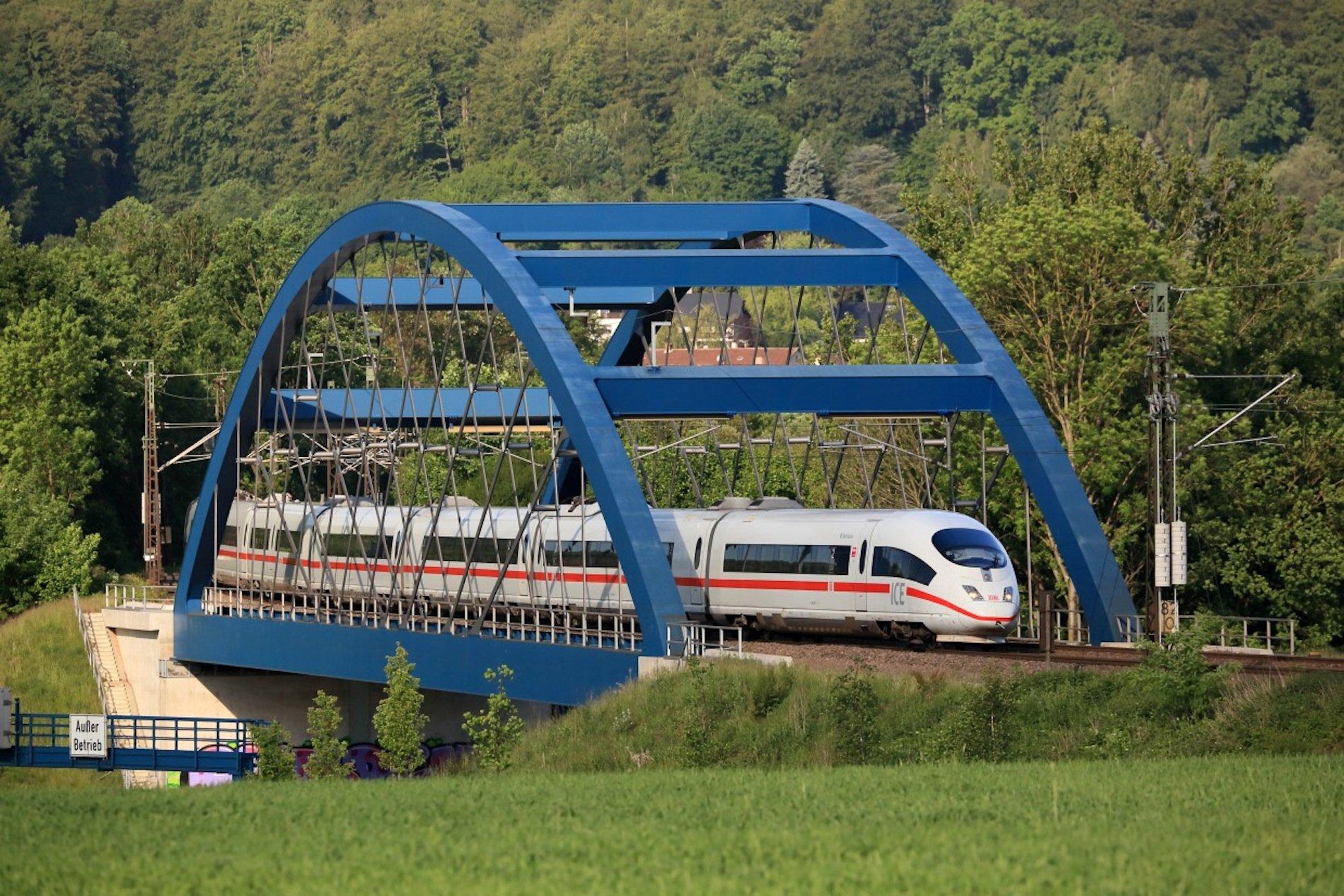 ICE3 auf ICE-Brücke über den Main zwischen Aschaffenburg und Würzburg: Nicht nur viele Gleisstrecken, sondern auch Brücken sind sanierungsbedürftig, weshalb der Bund nun mehr Geld für die Sanierung ausgeben wird.