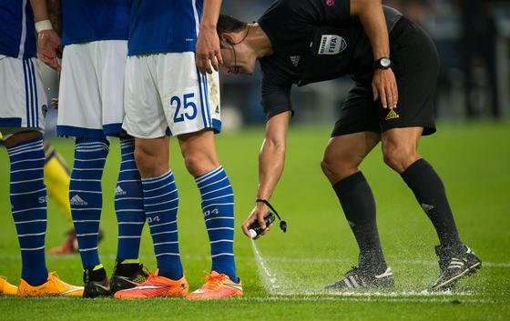 Heute ist Premiere: Erstmals versprühen Schiris in der Bundesliga das Freistoßspray. Es löst sich nach 45 bis 120 Sekunden wieder auf.