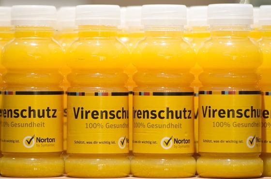 """Orangensaftflaschen mit der Aufschrift """"Virenschutz"""" auf dem Messestand des Sicherheitsspezialisten Symantec auf der Computermesse CeBIT in Hannover: Eine neue Studie zeigt, dass zwar die meisten Menschen wissen, dass es im Internet nur so von Viren und Schadsoftware wimmelt. Doch die meisten vernachlässigen trotzdem den Schutz."""