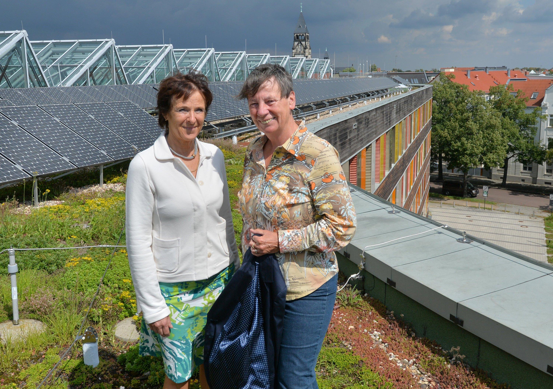 Bundesumweltministerin Barbara Hendricks (SPD/r.) und die Präsidentin des Umweltbundesamtes, Maria Krautzberger, auf dem begrünten Dach des Umweltbundesamtes in Dessau: Die Umweltzonen haben dafür gesorgt, dass wir unsere Fahrzeugflotten erneuert haben.