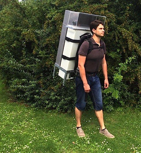 Sieht eigentlich gar nicht aus wie ein Rucksack, lässt sich aber auf dem Rücken tragen: das mobile Gerät zur keimfreien Reinigung von Operationsbesteck.