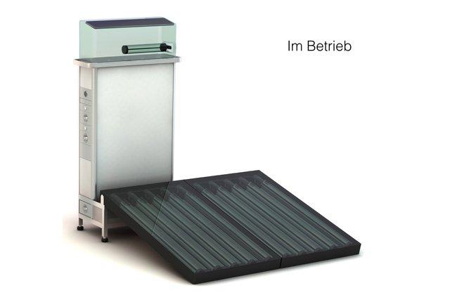 Der Rucksack im Einsatz: Die Sonnenkollektoren sind ausgebreitet, sammeln und speichern Energie.