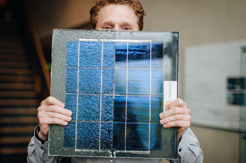 Die blauen Solarzellen aus Silizium werden in die Straße eingearbeitet.