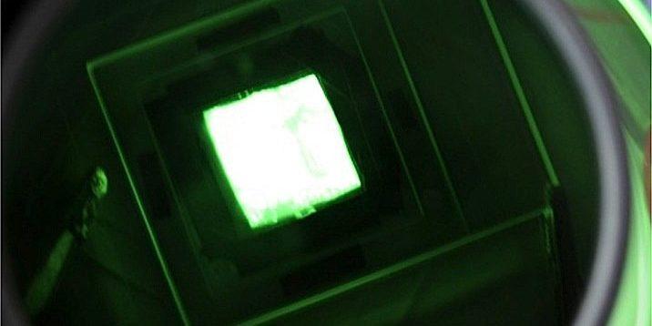 Sparsames Leuchtmittel: Die Nanoröhrchen-Lampe (15x15mm2) aus Japan verbraucht kaum Strom und leuchtet hell.