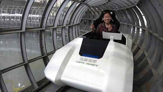 Ein Wissenschaftler der Southwest Jiatong University im ersten Modell des Super-Maglevs. Bislang fährt der Magnetzug nur mit 50 km/h durch die Teströhre. Später soll es die große Version auf 2900 km/h bringen.
