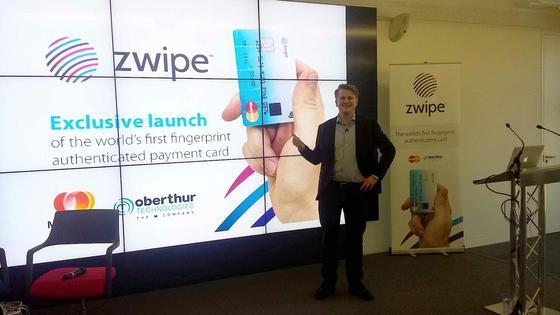 Vorstellung der Kreditkarte mit Biometrie-Sensor: Mastercard hat gemeinsam mit der norwegischen Firma Zwipe eine Kreditkarte entwickelt, bei der sich der rechtmäßige Besitzer über seinen Fingerabdruck ausweist.