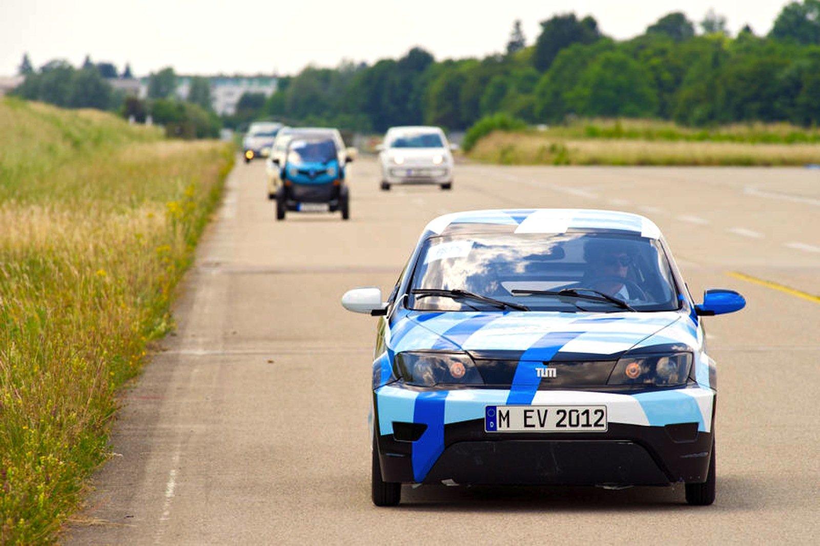 Visio.M ist 3,60 Meter lang, 1,55 Meter breit und wiegt 450 Kilogramm. Zum Vergleich: Der BMW i3 bringt 1.195 Kilogramm auf die Waage.