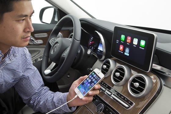 Eine Mercedes-Benz C-Klasse mit dem System Apple CarPlay, das iPhone und Navigationssystem des Autos verbindet: Laut VDA ließen sich durch neue Funktionalitäten die Hälfte der Unfälle vermeiden und Staus reduzieren. Bis 2016 soll 80 Prozent der Neuwagen über einen Internetzugang verfügen.