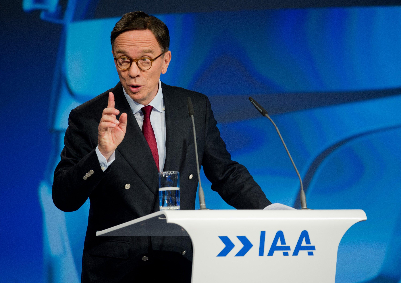 VDA-Präsident Matthias Wissmann auf der IAA Nutzfahrzeuge: Wissmann nimmt auch den Gesetzgeber in die Pflicht. Der Bund müsse Rahmenbedingungen harmonisieren, damit Internetservices im Auto grenzunabhängig funktionieren.