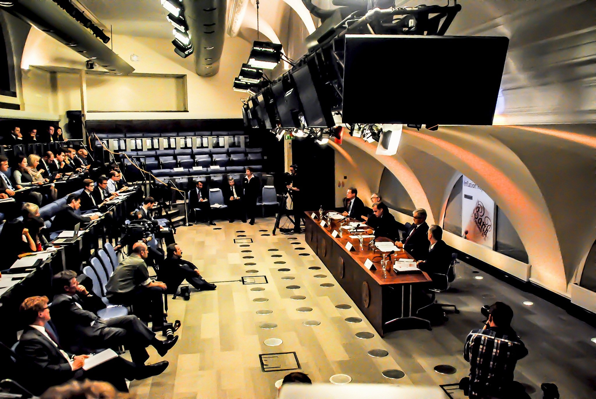 Pressekonferenz der Bank of England: Zehn Stunden lang ist das Zahlungssystem der Bank zusammengebrochen. Jetzt will die Bank die Ursache klären und spätestens am Donnerstag erste Ergebnisse mitteilen.