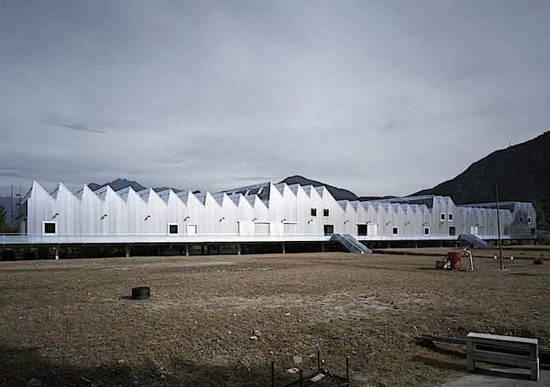 Ausbildungszentrum des Baumeisterverbandes im Gewerbegebiet von Gordola:Fenster und Türen sind in Leichtmetallbauweise hergestellt, die Fassade ist eine dünne Edelstahlhaut.